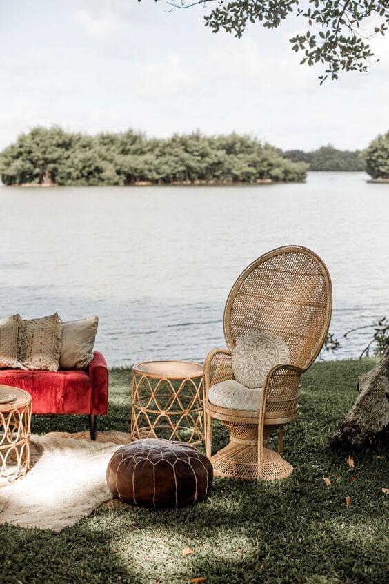 Jardim com poltrona de vime e móveis confortáveis