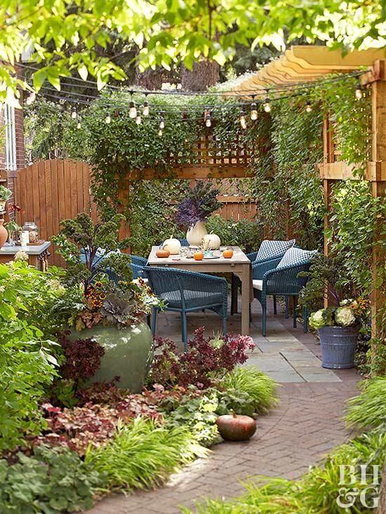 Jardim decorado com mesa para área externa