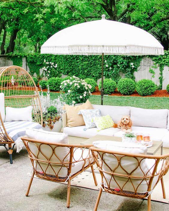 Jardim decorado com poltrona de vime