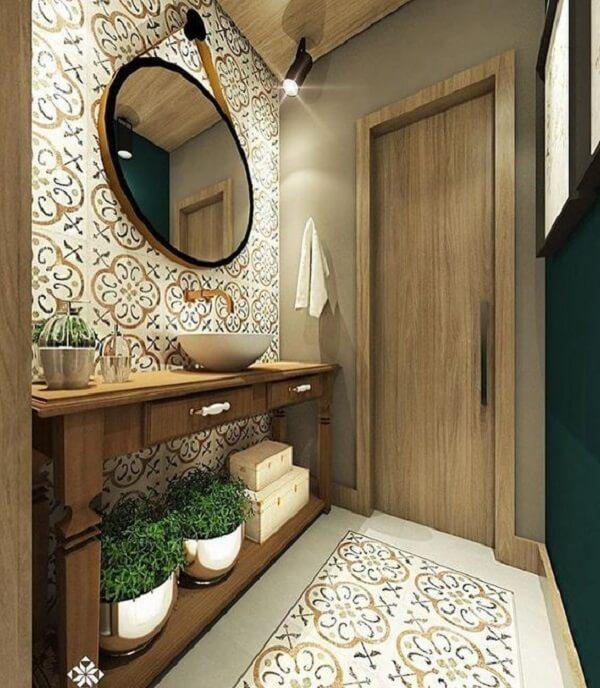 Lavabo decorado com azulejo antigo e aparador de madeira