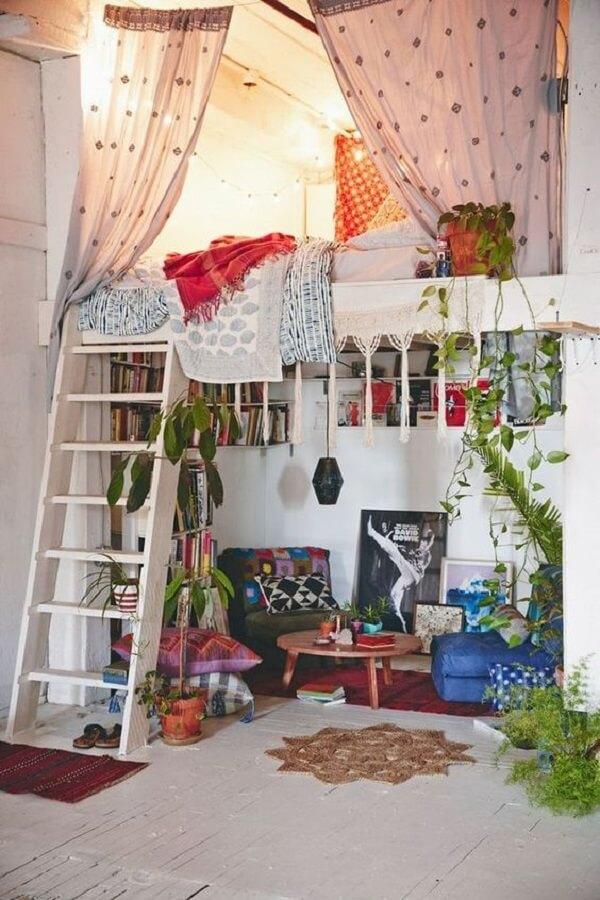 Loft aconchegante com inúmeras plantas e cama mezanino