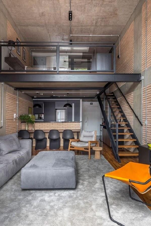 Loft estilo industrial com cama no mezanino