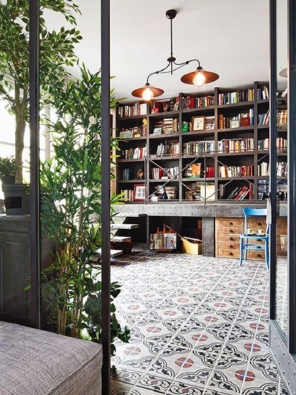 Luminárias metálicas e piso em azulejo antigo