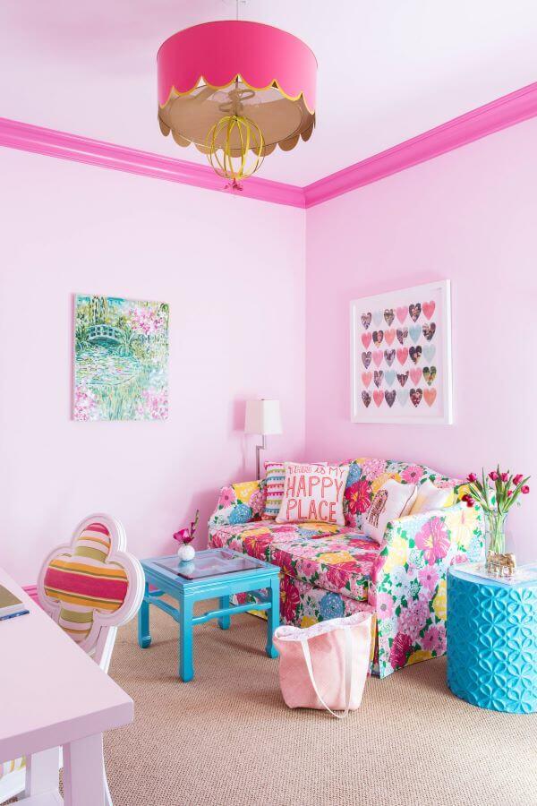 Lustre infantil cor de rosa com sofá colorido