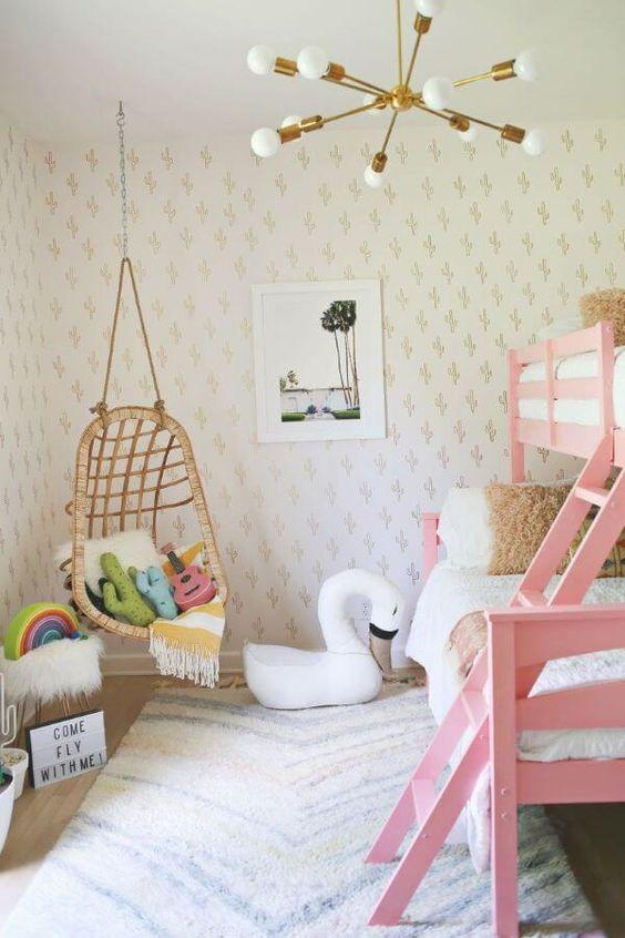 Lustre infantil dourado com decoração rosa e branco