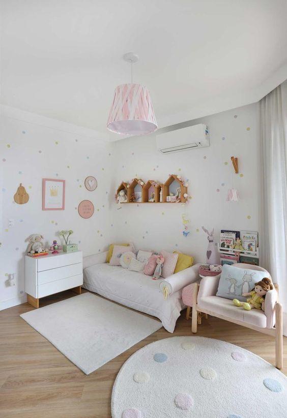 Lustre infantil rosa e branco na mesma paleta que o quarto