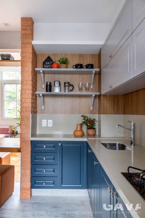 Mão francesa branca na cozinha azul