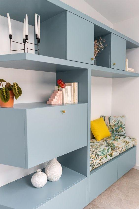 Móveis azuis na sala de estar