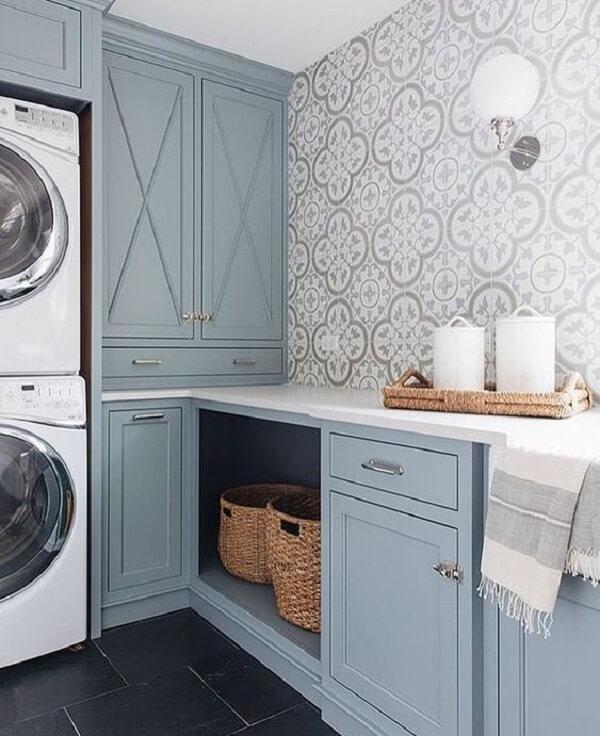 Marcenaria planejada e azulejo antigo decoram a lavanderia