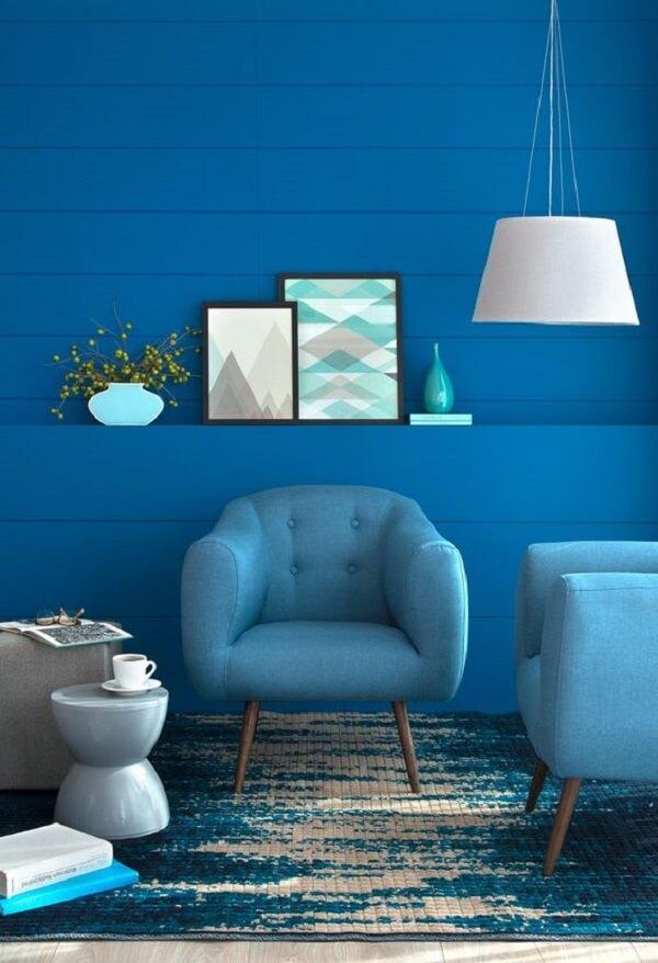 Mergulhe nessa decoração azul de sala com poltrona pé palito