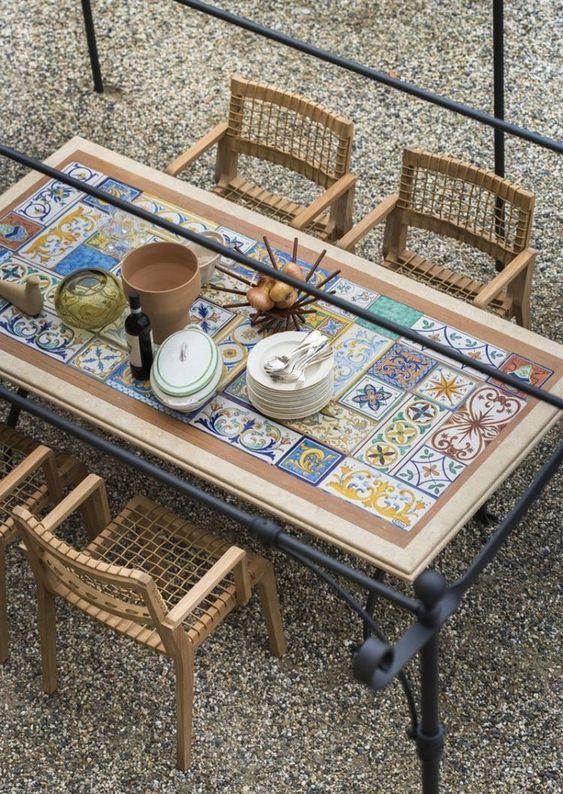 Mesa com azulejo retro