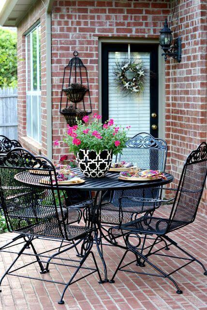 Mesa com cadeira de ferro preta