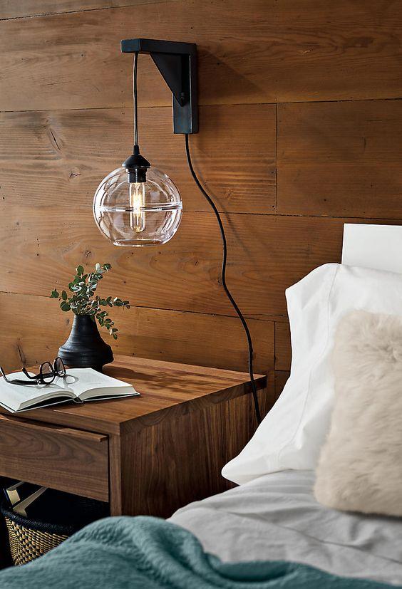 Mesa de cabeceira com mão francesa para iluminação