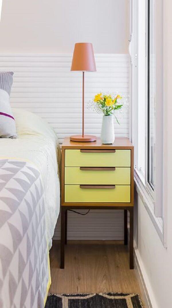 Mesa de cabeceira de madeira com gavetas amarelas