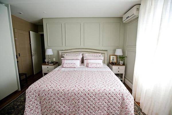 Mesa de cabeceira e tapete com estampa