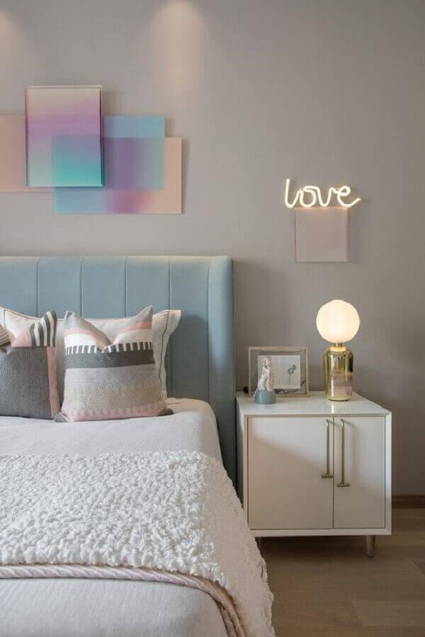 Mesa de cabeceira retrô branca para decoração de quarto em tons pastéis