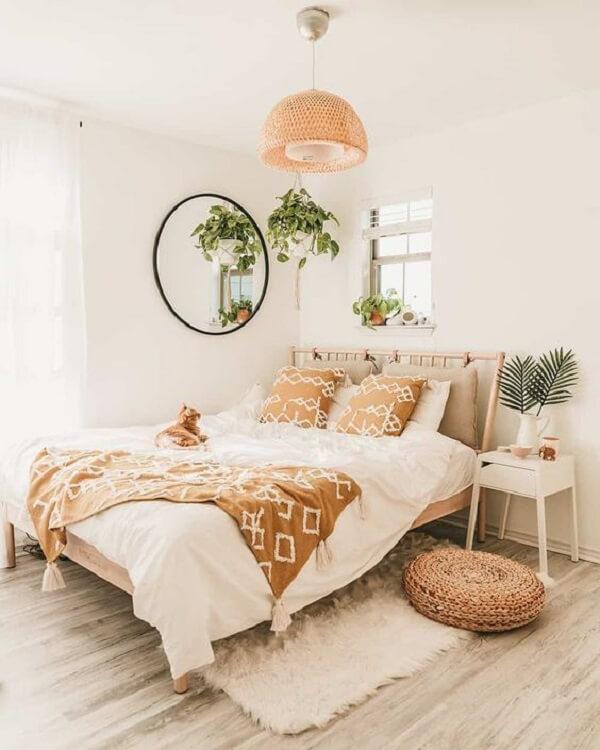 Mesa de cabeceira retrô branca se conecta com a decoração clean do dormitório