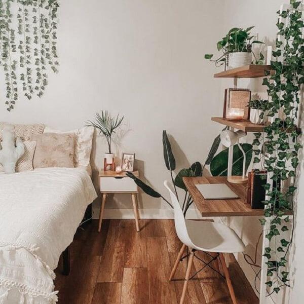 Mesa de cabeceira retrô feita em madeira com acabamento branco