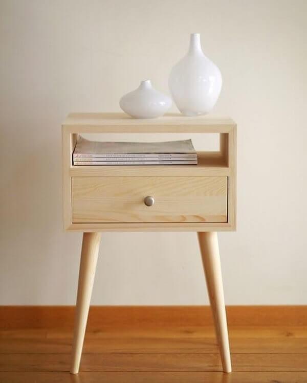 Mesa de cabeceira retrô feito de madeira com pé de palito