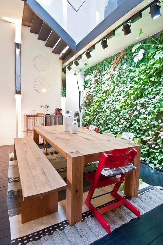 Mesa de madeira com banco e cadeira vermelha