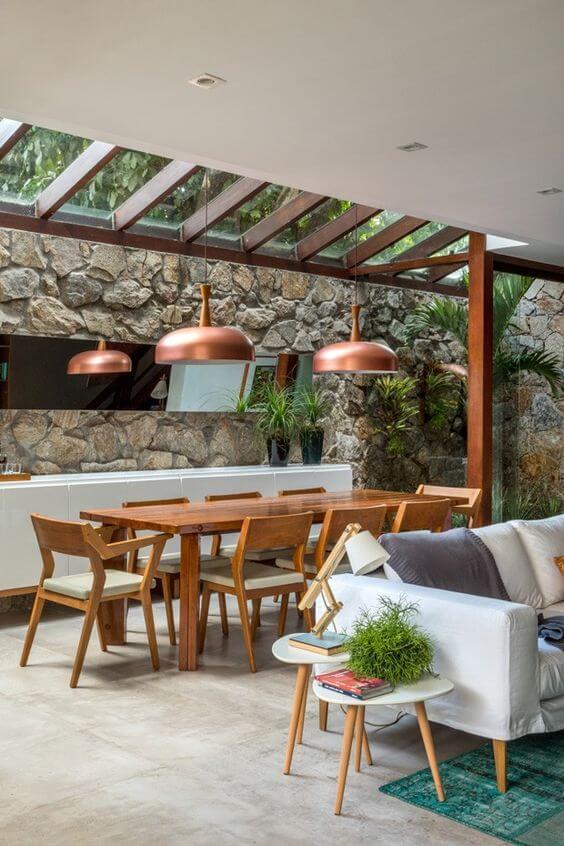 Mesa de madeira para área externa coberta com vidro