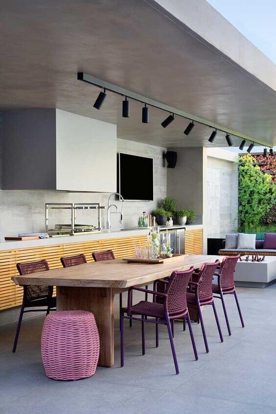 Mesa para área externa com cadeiras roxas