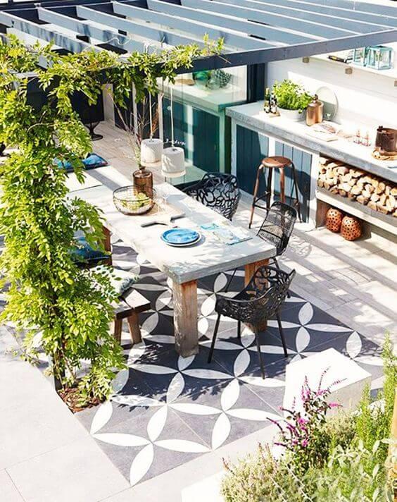 Mesa para área externa com decoração industrial