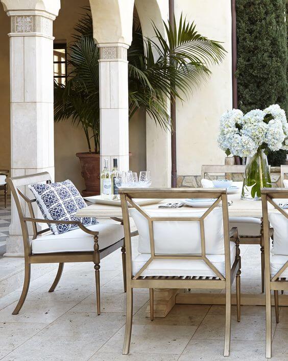 Mesa para área externa com poltronas e almofadas modernas