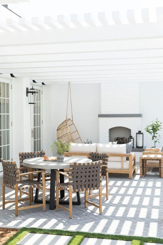 Mesa para área externa na cor branca e cadeira cinza