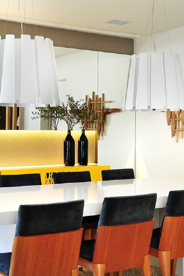 Modelo de aparador amarelo laqueado decora a sala de jantar