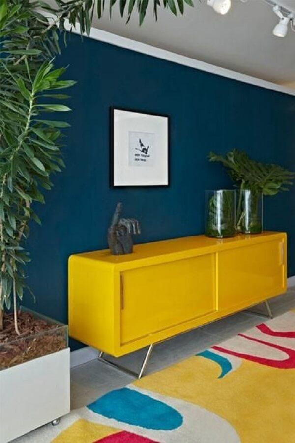 Modelo de aparador amarelo retrô com pés metálicos