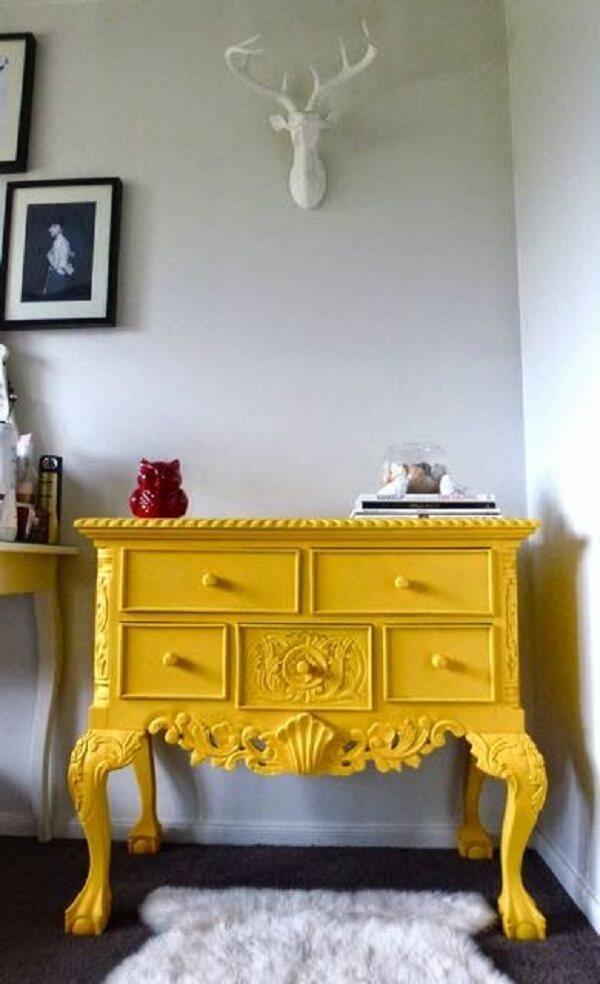 Modelo de aparador amarelo retrô com várias gavetas