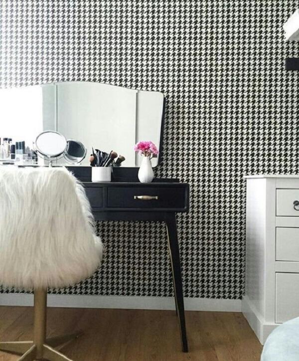 Modelo de cadeira para penteadeira preta com acabamento de peludo