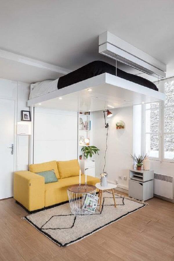 Modelo de cama suspensa mezanino que pode ser elevada até o teto quando não usada