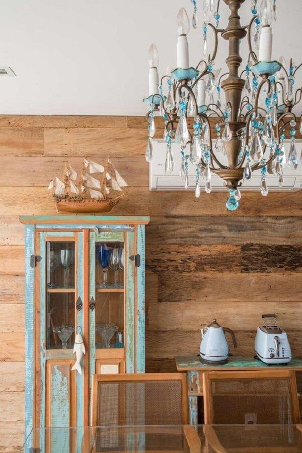 Modelo de cristaleira rústica com pintura desgastada decora a sala de jantar