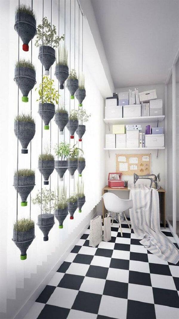 Modelo de horta em apartamento com garrafa pet