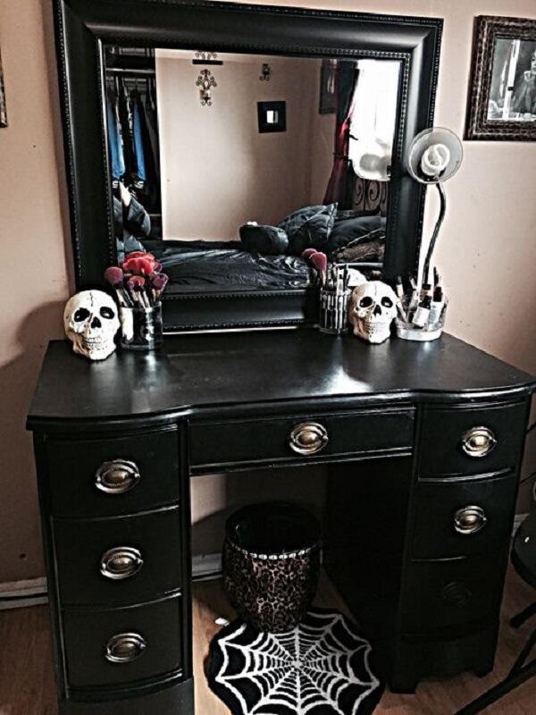 Modelo de penteadeira preta com espelho