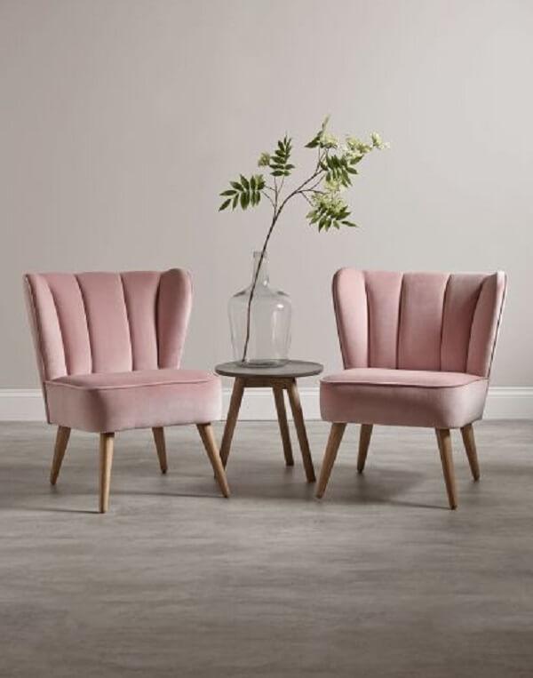 Modelo de poltrona com pé palito com estofado rosa