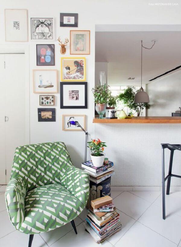 Modelo de poltrona pé palito estampada decora a sala de estar