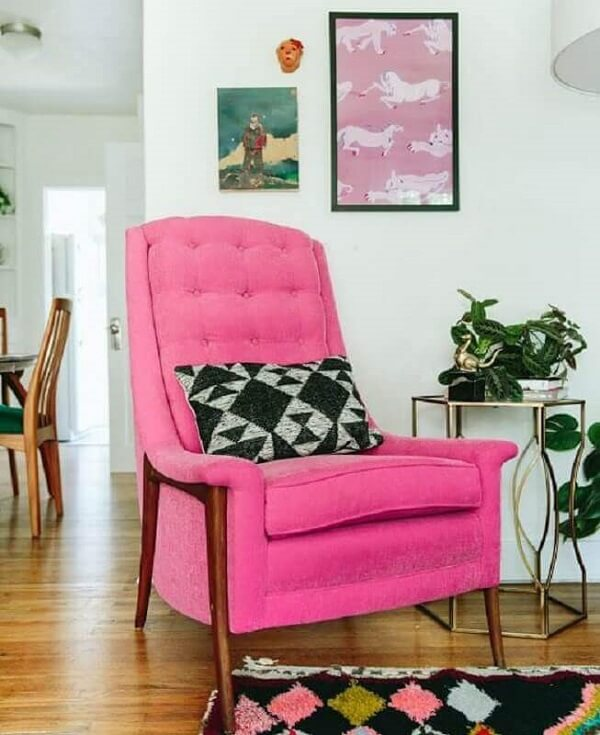 Modelo de poltrona pé palito rosa pink se destaca na decoração