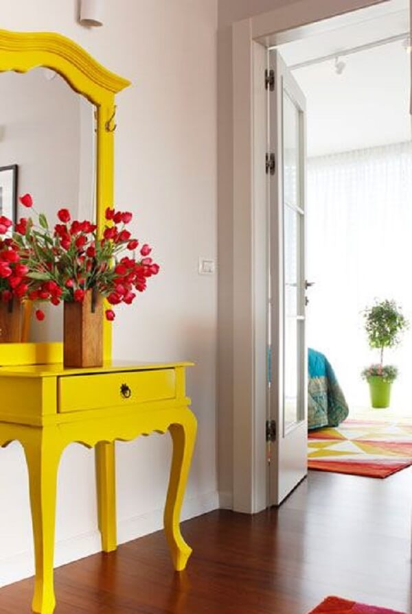 Modelo lindo de aparador amarelo com espelho