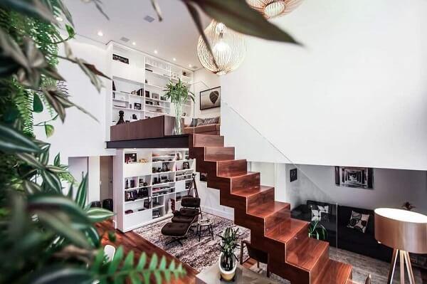 Modernidade e leveza com esse revestimento de escada em madeira com guarda corpo de vidro