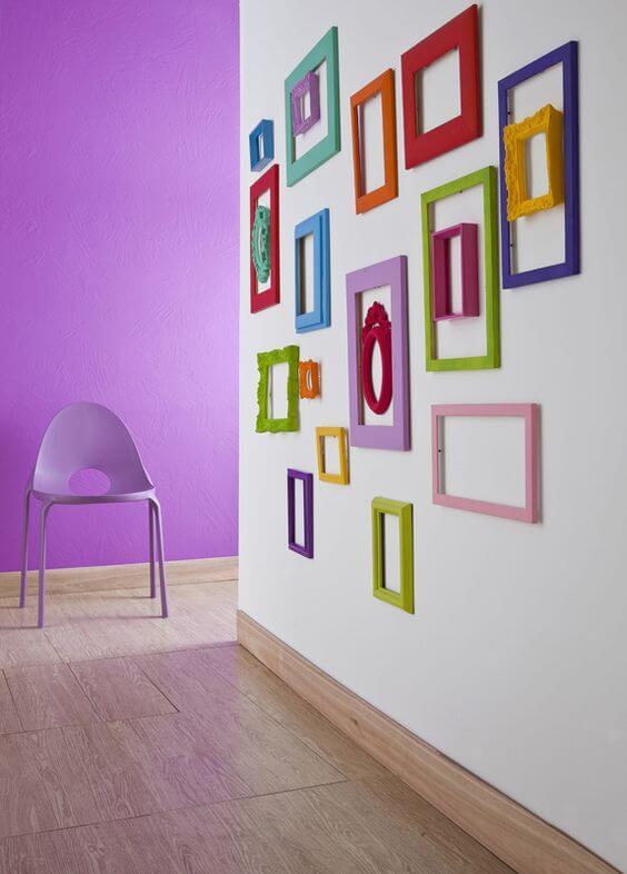 Moldura colorida no corredor