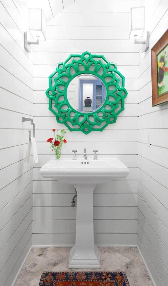 Moldura colorida verde no banheiro branco