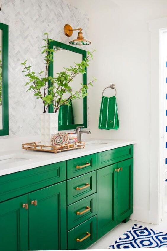 Moldura colorida verde no banheiro claro