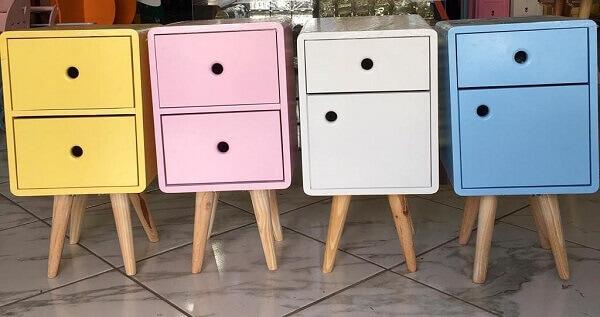 No mercado é possível encontrar modelos de mesa de cabeceira retrô coloridos
