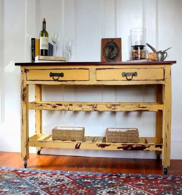 O aparador amarelo com rodinhas pode ser movimento para diferentes cômodos da casa