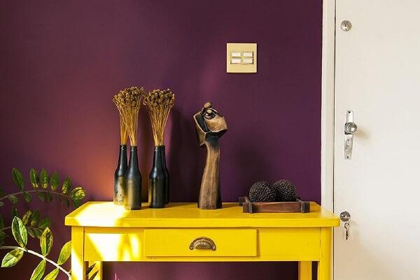 O aparador amarelo para sala foi posicionado ao lado da porta de entrada