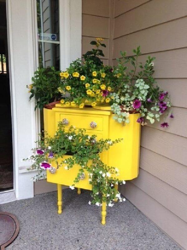 O aparador amarelo pode ser usado como floreira e decorar o hall de entrada