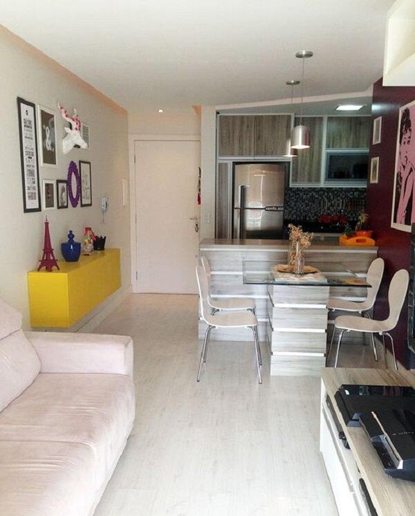 O aparador amarelo suspenso é a alternativa perfeita para apartamentos pequenos
